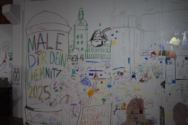 Besucherinnen und Besucher schrieben und malten ihre Gedanken zum Thema Chemnitz 2025 auf große Wände im Chemnitzer Wirkbau