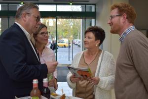 Projektleiter Ferenc Csak (rechts) im Gespräch mit den Gästen beim After Work-Treffen zum Bid Book.